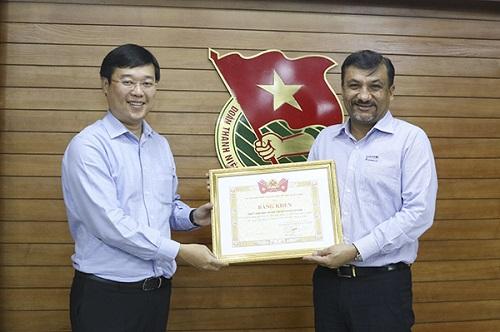 Ông Uday Shankar Sinha - Tổng giám đốc đại diện Suntory PepsiCo Việt Nam (phải) nhận bằng khen từ Bí thư thứ nhất Trung ương Đoàn Lê Quốc Phong cho những đóng góp vì cộng đồng.