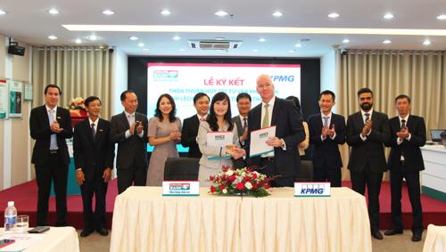 Đại diện lãnh đạo Kienlongbank & Công ty KPMG thực hiện nghi thức ký kết.
