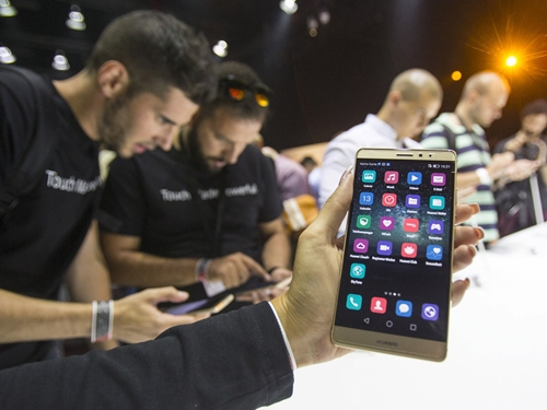 Một smartphone của Huawei được giới thiệu tại một sự kiện. Ảnh: Reuters