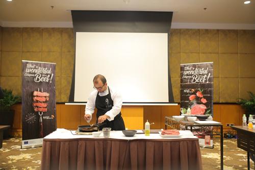 Đầu bếp sao Michelin Kisko García hướng dẫn nấu ăn với thịt bò Tây Ban Nha tại sự kiện.