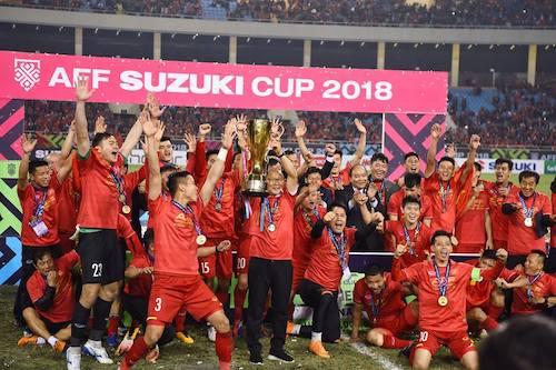 Thầy trò Park Hang-seo nâng cao chiếc cup vô địch AFF Cup 2018 tối 15/12. Ảnh: Giang Huy
