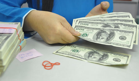 Giao dịch USD tại một ngân hàng thương mại ở TP HCM. Ảnh: Lệ Chi.
