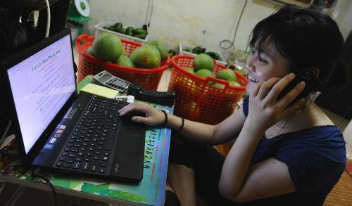 Người Việt tiếp cận thương mại điện tử ngày càng nhiều và thuận lợi. Ảnh: AFP.