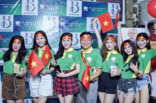 Tiến sĩ, bác sĩ Nguyễn Thanh Hải - thứ 3 từ trái sang cùng các người đẹp ăn mừng Tuyện Việt nam chiến thắng tại AFF Cup.