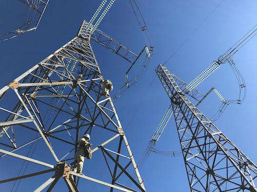 Công nhân truyền tải sửa chữa trên đường dây 500 kV. Ảnh: Hoài Thu