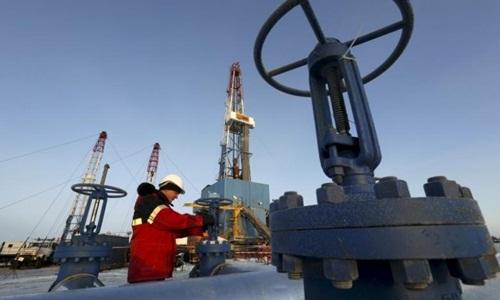 Công nhân một hãng dầu của Nga đang kiểm tra đường ống. Ảnh: Reuters