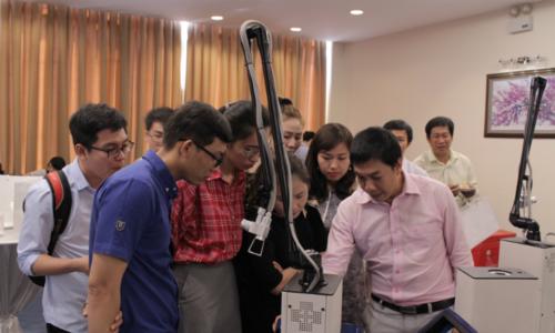 Khách mời tìm hiểu chiếc máy phẫu thuậtlaser vi điểm Made in Vietnam.