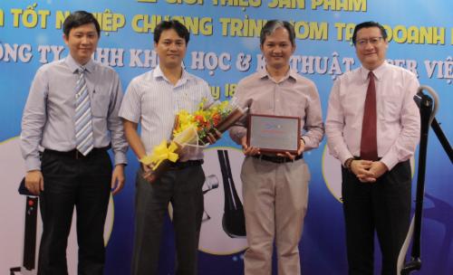 Anh Lương Vũ Đăng Quang (thứ hai bên phải sang) trong buổi tốt nghiệp ươm tạo startup.