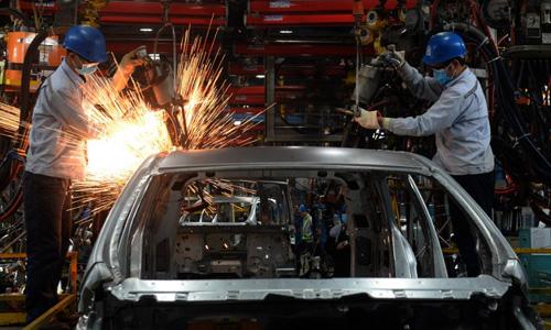 Bên trong một nhà máy sản xuất ôtô tại Việt Nam. Ảnh: AFP
