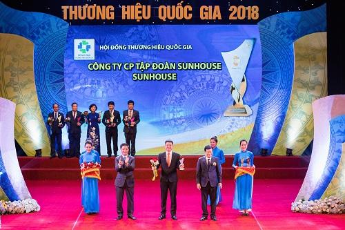 Ông Nguyễn Đại Thắng - Tổng giám đốc Tập đoàn Sunhouse đại diện công ty nhận danh hiệu Thương hiệu quốc gia 2018.
