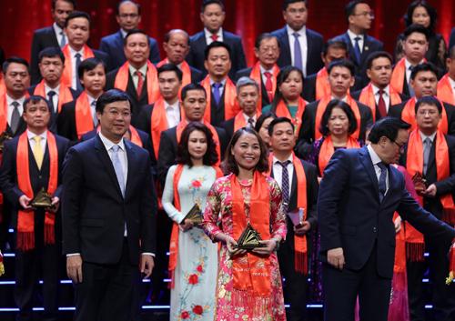 Bà Đào Minh Anh - Phó tổng giám đốc Ngân hàng TMCP Phương Đông nhận giải Top 100 Sao vàng Đất Việt 2018.