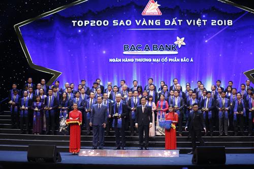 Ông Chu Nguyên Bình, Phó Tổng Giám đốc, đại diện cho BAC A BANK lên nhận Giải thưởng Sao Vàng đất Việt 2018