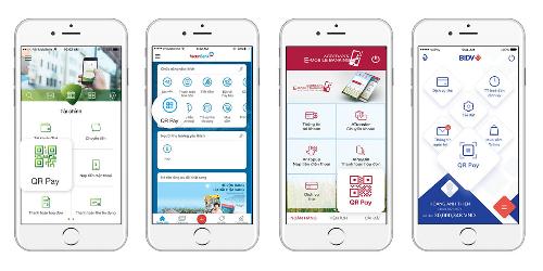 Khách hàng chọn QR Pay trong ứng dụng ngân hàng trên điện thoại di động, quét mã để thanh toán.
