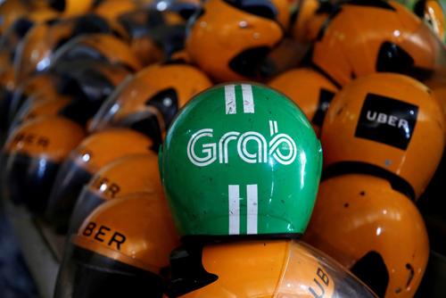 Mũ bảo hiểm đã dùng của tài xế Grab và Uber tại Jakarta, Indonesia. Ảnh: Reuters