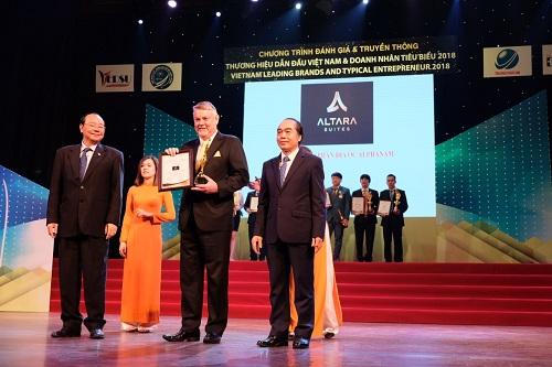 Ông Gary Warnock Giám đốc điều hành, đại diện khách sạn Altara Suites nhận giải Top 10 thương hiệu dẫn đầu Việt Nam 2018