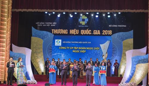 Ông Trần Hữu Quân - Phó tổng giám đốc Tập đoàn Ngọc Diệp nhận biểu trưng Thương hiệu Quốc gia 2018.