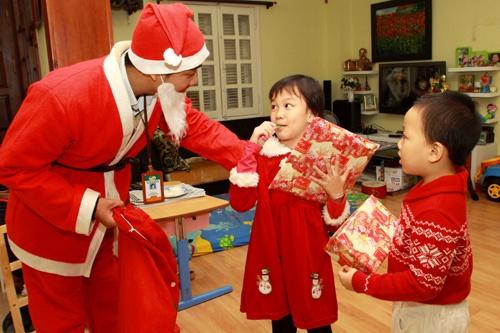 Ông già Noel tặng quà các bé tại nhà dịp Giáng sinh. Ảnh: T.L
