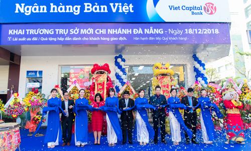 Nghi thức cắt băng khai trương trụ sở mới chi nhánh Đà Nẵng của Ngân hàng Bản Việt.