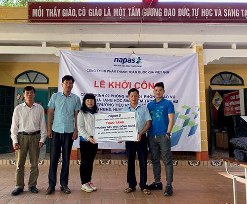 Bà Nguyễn Tú Anh - Chủ tịch HĐQT Công ty Napas trao tặng công trình phòng học và phòng giáo vụ cho Trường TH Đồng Nghê - điểm trường Xóm Ấm.