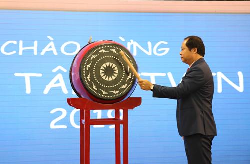 Ông Nguyễn Bá Trị - Phó Tổng giám đốc kiêm Giám đốc KV Tây TP.HCM - thực hiện nghi thức đánh trống chào mừng các tân Thực tập viên tiềm năng 2019