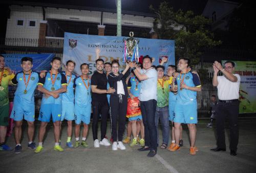 Hoa hậu Bùi Thị Hà nâng cao chiếc cúp trao cho đội đoạt giải vô địch - Hải Ú.