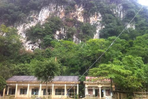 Lớp học cũ sát vách núi tại điểm trường Xóm Ấm.