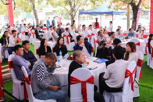Đông đảo khách hàng tham dự sự kiện khai trương nhà mẫu The Central Thanh Hóa.