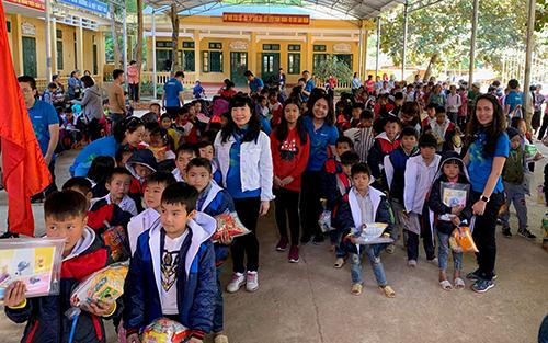 Nhân dịp Giáng sinh và năm mới 2019, Công ty Cổ phần thanh toán quốc gia Việt Nam cũng trao tặng các phần quà là quần áo ấm, sách vở bút, cùng nhiều lương thực, bánh kẹo cho các em học sinh nhà trường.