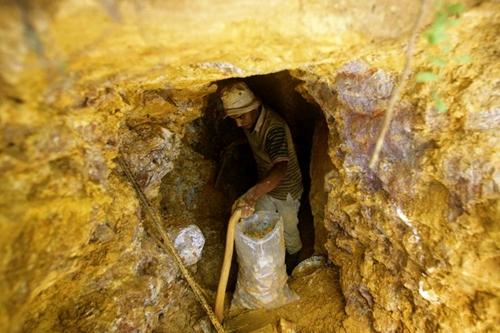 Vàng Lào Cai đang khai thác mỏ Minh Lương với trữ lượng địa chất hơn 92.600 tấn quặng vàng.