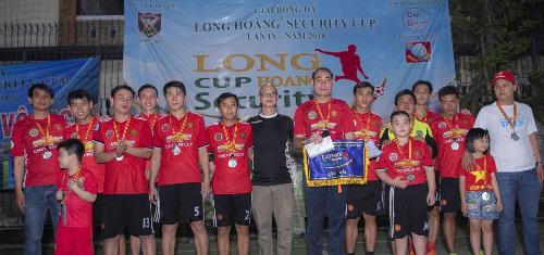 Giám đốc điều hành Bùi Anh Hùng trao giải thưởng và huy chương cho Á quân Ung Văn Nghi.