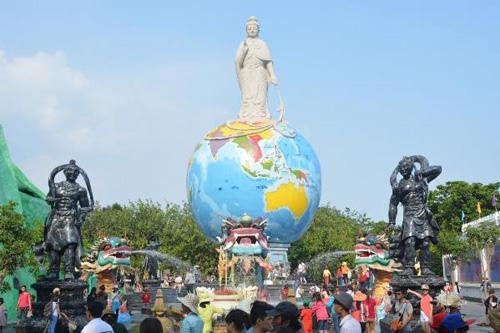 Cầu mong phúc lành, may mắn cho gia đình tại các công trình tâm linh màu nhiệm: quảng trường phật Địa Mẫu, thánh tượng Quán thế âm thiên thủ thiên nhãn.