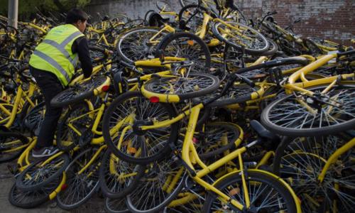 Xe đạp hỏng chờ sửa chữa của Ofo. Ảnh: CNN