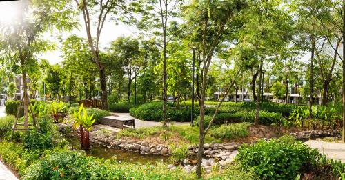Khuôn viên xanh mát tại Gamuda Gardens.