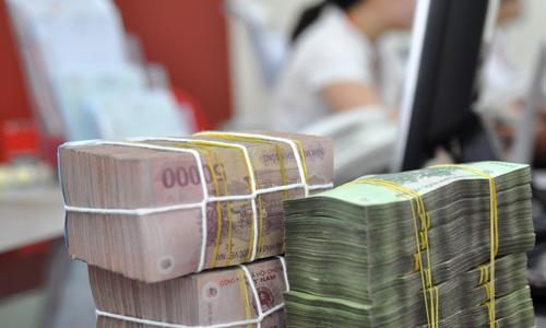 Giao dịch tiền mặttại một ngân hàng cổ phần. Ảnh: PV.