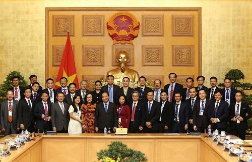 Ông Phạm Mạnh Tuấn - Phó tổng giám đốc Anova Feed) - chụp hình cùng các doanh nghiệp đạt chứng nhận Thương hiệu quốc gia 2018.