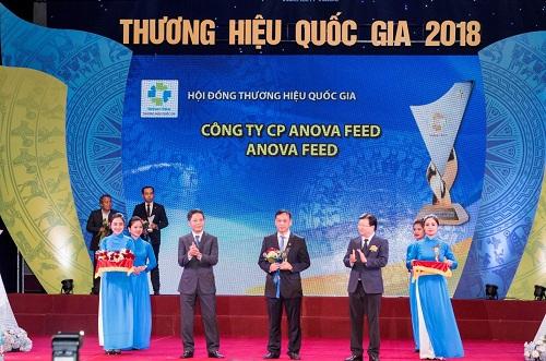 Ông Phạm Mạnh Tuấn - Phó tổng giám đốcAnova Feed -nhận biểu trưng Thương hiệu quốc gia.