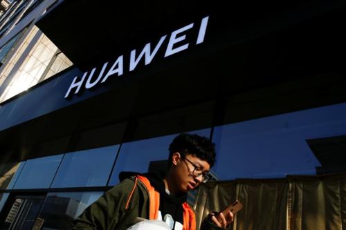 Bên ngoài một cửa hàng của Huawei tại Bắc Kinh (Trung Quốc). Ảnh: Reuters