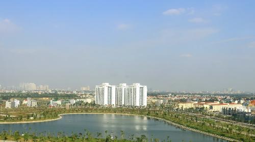 Góc nhìn hướng ra hồ từ cửa sổ của tổ hợp chung cư B2.1 HH03. Hồ điều hòa rộng 15ha khu B hiện đã hoàn thiện ngay cạnh khu đô thị.