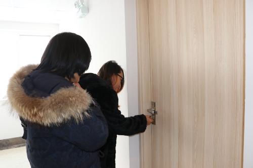 Các khách hàng mở cửa nhận phòng tạichung cư Mường Thanh Thanh Hà.