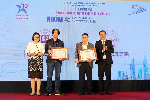 Ông Thái Trí Hùng - Giám đốc Công nghệ ví MoMo (thứ hai từ trái qua) nhận giải thưởng Đơn vị Ứng dụng Công nghệ thông tin - Truyền thông tiêu biểu.