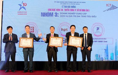 Ông Nguyễn Bá Diệp - Phó chủ tịch Ví MoMo (thứ hai từ trái qua) nhận giải thưởng Siêu ứng dụng thanh toán