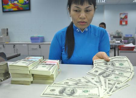 Giao dịch USD tại một ngân hàng cổ phần ở TP HCM. Ảnh: Lệ Chi.
