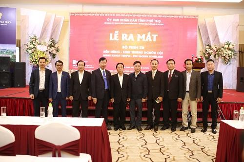 Các vị đại biểu dự Lễ ra mắt phim chụp ảnh lưu niệm.