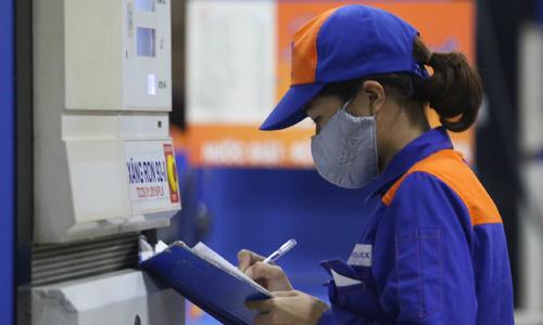 Nhân viên một cây xăng của Petrolimex ghi chép số liệu bán hàng trong ngày. Ảnh: Ngọc Thành.