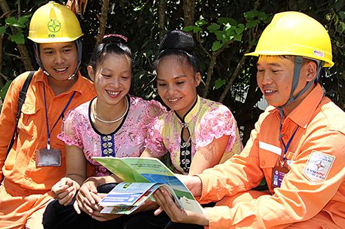 EVNNPC tăng cường công tác tuyên truyền cho người dân.
