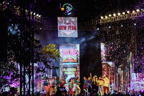 Đây là năm thứ hai liên tiếp cư dân Ecopark tham dự lễ hội đếm ngược đón giao thừa Dương lịch ngay tại nơi an cư - khu đô thị Ecopark do Công ty CP Đầu tư và Phát triển Đô thị Việt Hưng phát triển tại tỉnh Hưng Yên, cách Hà Nội 13km về hướng Đông Nam.