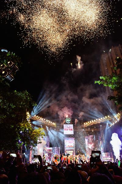 Màn pháo hoa mãn nhãn cùng với giai điệu quen thuộc Happy New Year vang lên như một lời chúc mừng năm mới đầy trọn vẹn mà chủ đầu tư dành cho cư dân làng Eco.