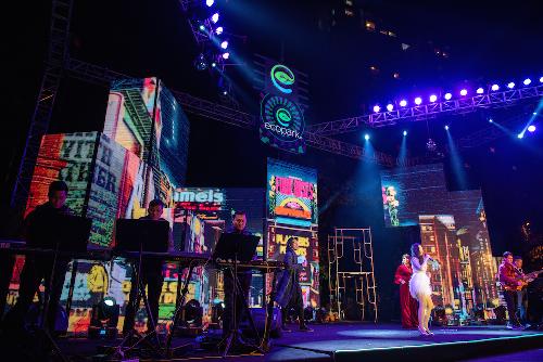 Chủ đề của chương trình năm nay là trở về thập niên 1980với những màn trình diễn âm nhạc sôi động đậm chất retro cùng sân khấu sẽ tái hiện quảng trường thời đại huyền thoại rực rỡ âm thanh và ánh sáng, mang tới cho cư dân Ecopark một đêm giao thừa sôi động,tràn đầy năng lượng.