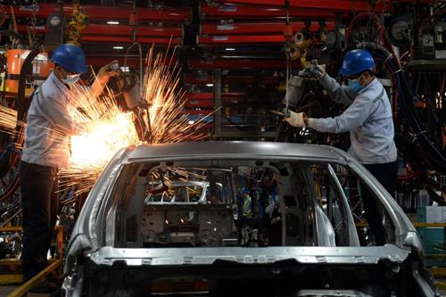 Lắp ráp ôtô tại một doanh nghiệp liên doanh nước ngoài. Ảnh: AFP
