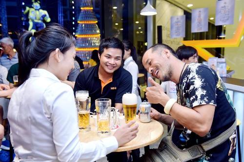 Khách hàng thích thú trước sự khác biệt khi rót bia lon đúng chuẩn Sapporo.